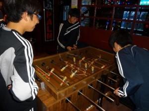 サッカーゲームでリラックス 300x224  U 18オランダ遠征レポート1日目