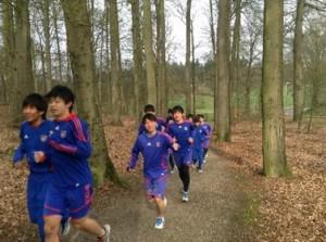 素晴らしい環境の中ジョギングをする選手達 300x223 U 18オランダ遠征レポート4日目