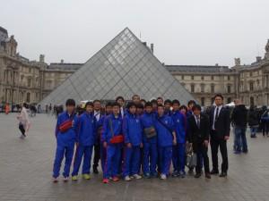 ルーブル美術館にて 300x225 U 15フランス、オランダ遠征レポート最終日
