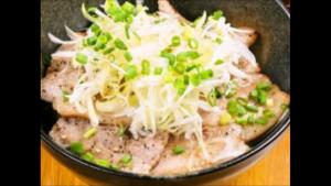 ⑥モウラねぎ塩豚バラ丼 300x169 3/4(土)大宮戦「青赤横丁」開催のお知らせ