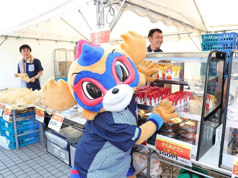 『ローソン Day』を盛り上げる東京ドロンパ 2017明治安田生命J1リーグ第18節7/8鹿島アントラーズ戦